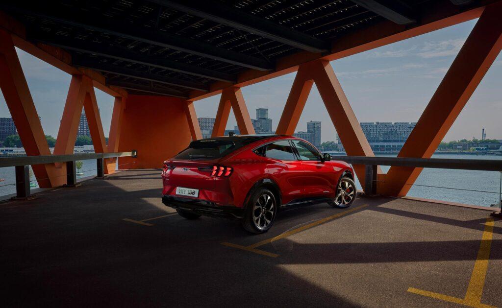Ford Mustang i garage