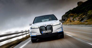 BMW iX på farten